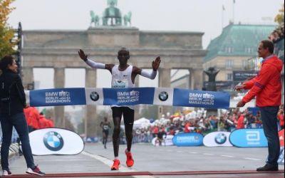 Kenyanul Eliud Kipchoge a câștigat Maratonul Berlin. Ploaia a stricat planurile pentru recordul mondial