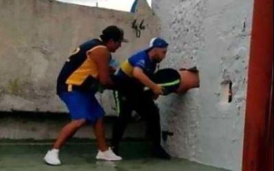 VIDEO / Un fan al lui Boca Juniors, blocat în zidul stadionul, încercând să intre ilegal la meci