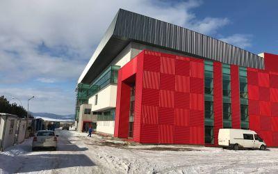 FOTOGALERIE / Patinoarul din Târgu Secuiesc a fost finalizat. Iată cum arată arena