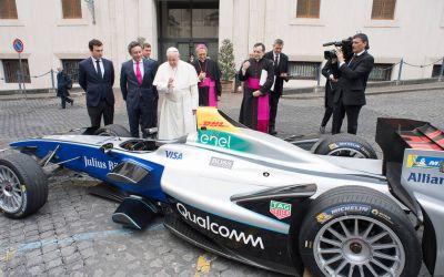 Inedit / Papa Francisc a binecuvântat o mașină de Formula E