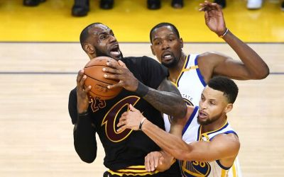 Golden State Warriors, la un singur succes de titlul suprem în NBA