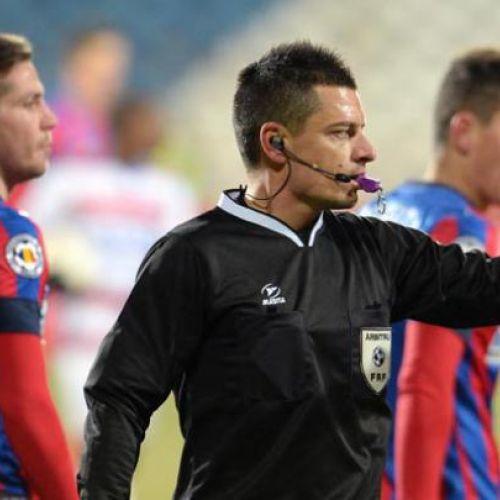 Arbitru și spectatori de Liga 1 la derby-ul Academia Rapid-CSA Steaua