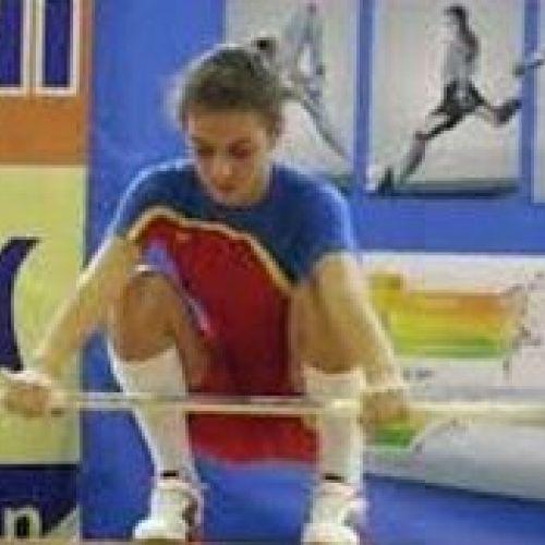 Prințesă, ex-cerșetor: Campioana mondială Monica Csengeri a renunțat în urmă cu 3 ani la cerșetorie și a început să bată recordurile la haltere